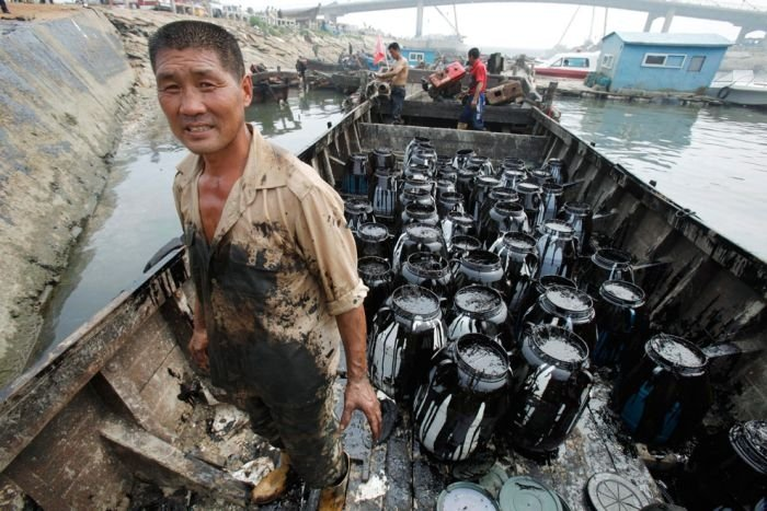 Dalian harbour oil pipelines exploded, China